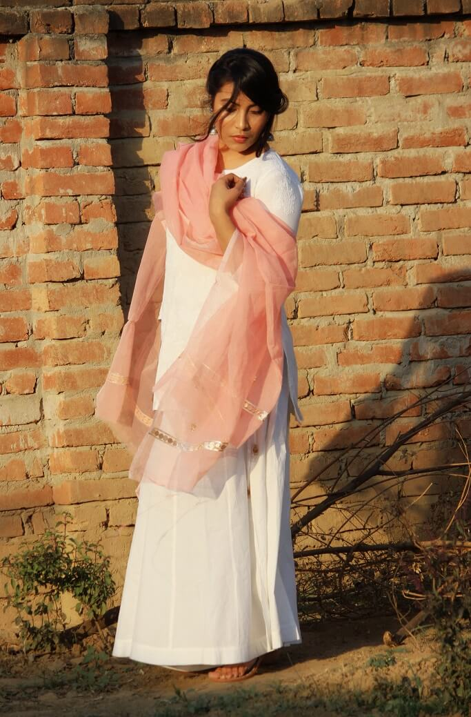Shrizan wearing peach colour cotton dupatta with chikankari short kurti